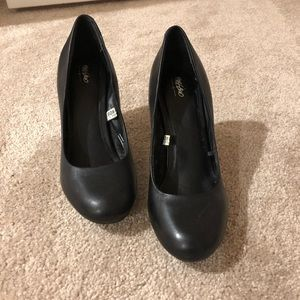 Mossimo black leather pumps
